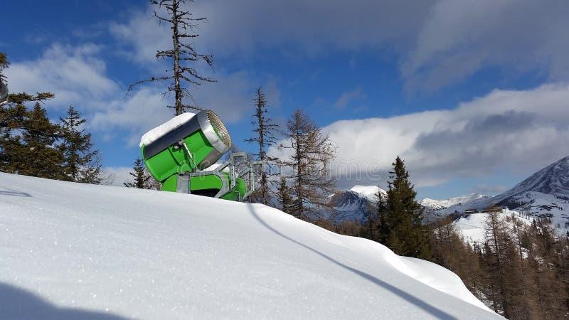 St奥斯瓦尔德,奥地利,克恩顿州- 2019年1月17日:在圣奥斯瓦尔德,在a期间的奥地利山夺取的一门绿色雪大炮  免版税图库摄影