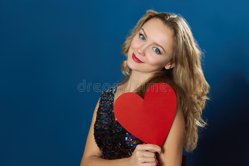 St情人节妇女蓝色背景红色心脏 库存照片