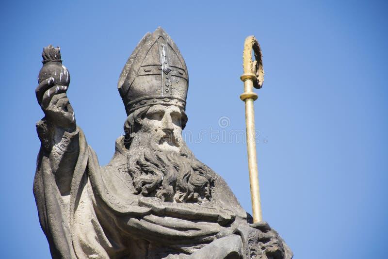 St河马雕象Augustinus或奥古斯汀在查理大桥的在布拉格,捷克 免版税库存照片