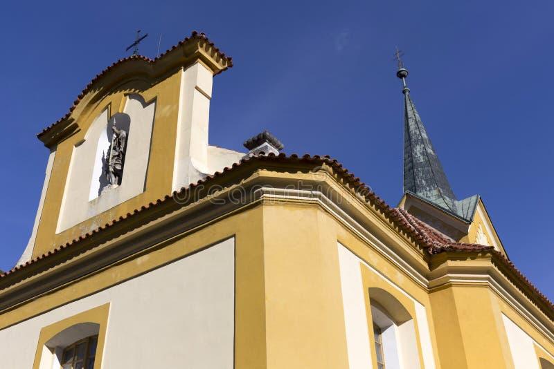 st瓦茨拉夫巴洛克式的教会在蓝天的Vsenory,捷克 免版税库存照片