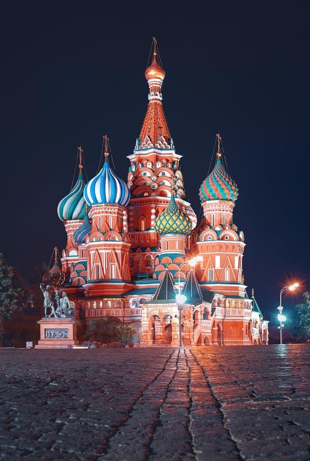 St蓬蒿红场的` s大教堂在晚上 免版税库存图片