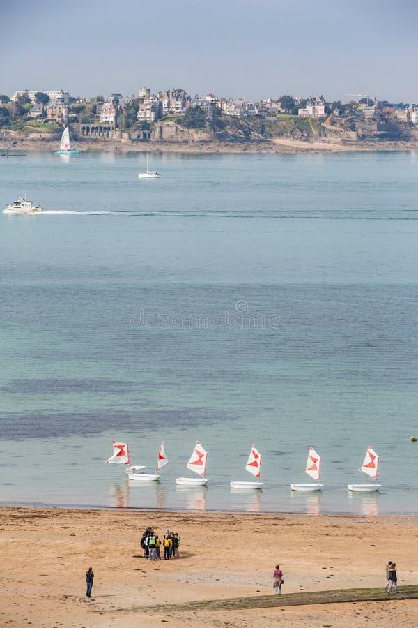 St马洛布里坦尼2013年5月7日:在圣马洛的海滩,有小帆船的在海排队了 免版税图库摄影