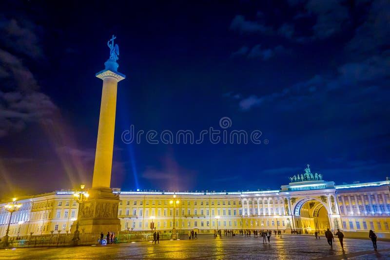 ST ΠΕΤΡΟΥΠΟΛΗ, ΡΩΣΙΑ, ΣΤΙΣ 2 ΜΑΐΟΥ 2018: Χειμερινό παλάτι και στήλη του Αλεξάνδρου στο τετράγωνο παλατιών στη Αγία Πετρούπολη στοκ φωτογραφία με δικαίωμα ελεύθερης χρήσης