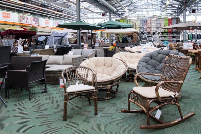 ST ПЕТЕРБУРГ, РОССИЯ - МАРТ 2019: На открытом воздухе мебель в магазине ОБИ на дисплее Концепция для покупок лета стоковое фото
