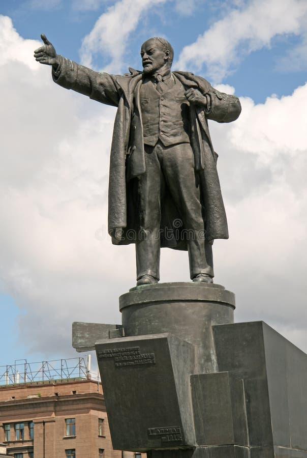 ST ПЕТЕРБУРГ, РОССИЯ - 22-ОЕ ИЮНЯ 2008: Статуя Ленина перед железнодорожным вокзалом Finlyandsky стоковые изображения rf
