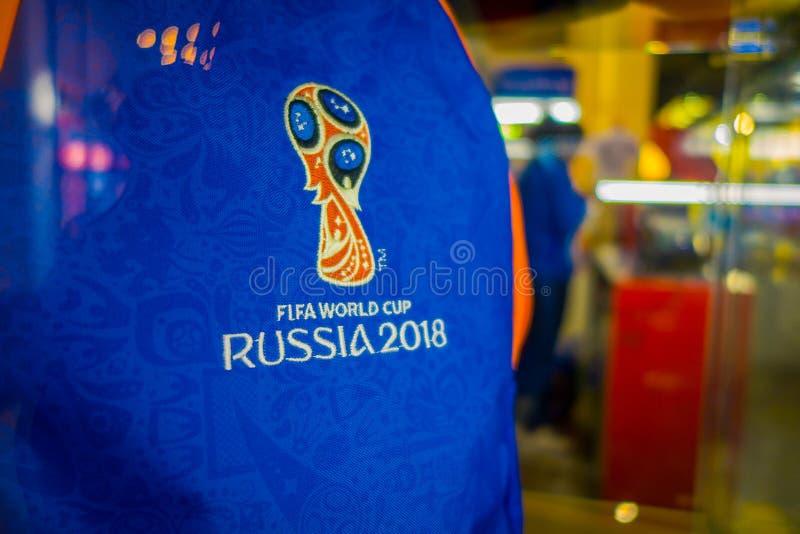 ST ПЕТЕРБУРГ, РОССИЯ, 2-ОЕ МАЯ 2018: Закройте вверх официального логотипа ФИФА кубок мира 2018 в России напечатал на голубом t стоковое изображение