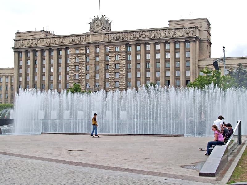 ST ПЕТЕРБУРГ, РОССИЯ Фонтанируя комплекс на квадрате Москвы стоковое фото