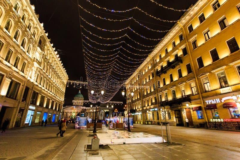 ST 彼得斯堡,俄罗斯- 2016年12月25日:夜都市风景,对新年和圣诞灯的街道装饰 免版税库存图片