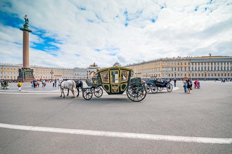 Download ST 彼得斯堡,俄罗斯- 2015年7月26日:支架的游人在 编辑类图片 - 图片 包括有 宫殿, 俄语: 62539655