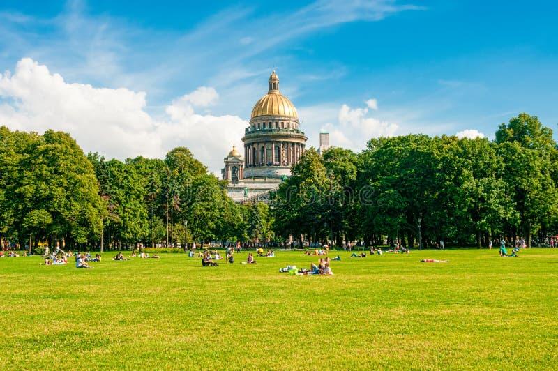 Download ST 彼得斯堡,俄罗斯- 2015年7月26日:放松在同水准的人们 编辑类库存照片 - 图片 包括有 城市, 都市风景: 62539628
