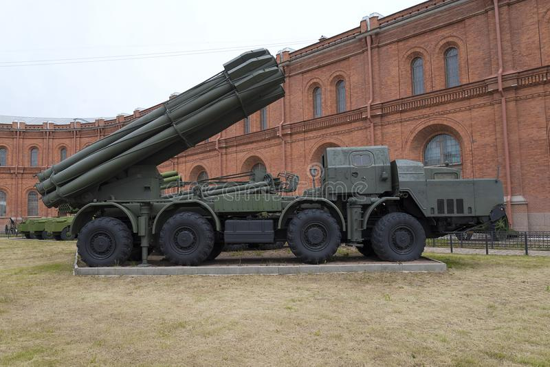 ST 彼得斯堡,战斗用车辆9A52 300 mm易反应的齐射火系统Smerch 9K58在一个军事火炮博物馆 库存照片