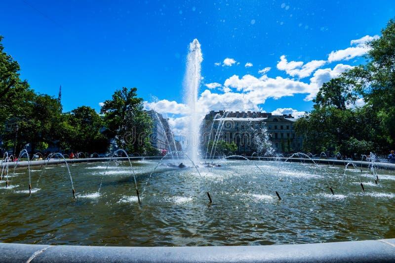 ST 彼得斯堡- 2015年6月14日:在海军部大厦前面的喷泉在圣彼得堡 免版税库存图片
