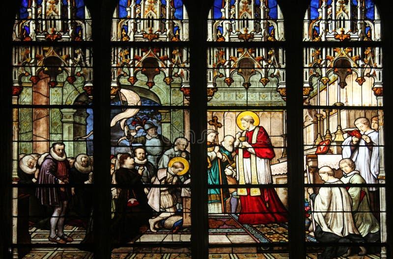 St Aloysius接受第一个圣餐的Gonzaga从圣查尔斯Borromeo的手 免版税库存图片