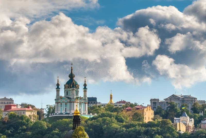 St Andrew Kirche am bewölkten Sommertag in Kiew, Ukraine lizenzfreie stockbilder