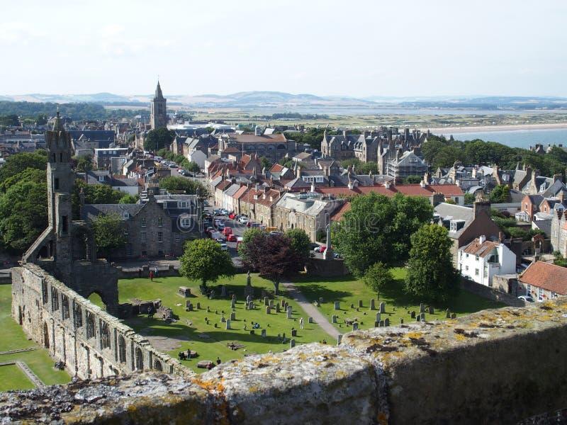 St Andrews stad in Schotland met mening over ruïnes van gotische kathedraal stock foto