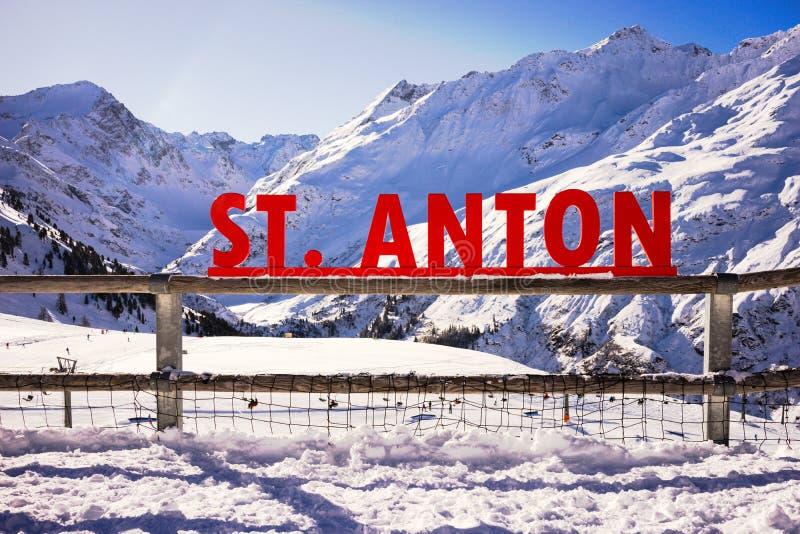 St Anton podpisuje wewnątrz góry zdjęcia stock