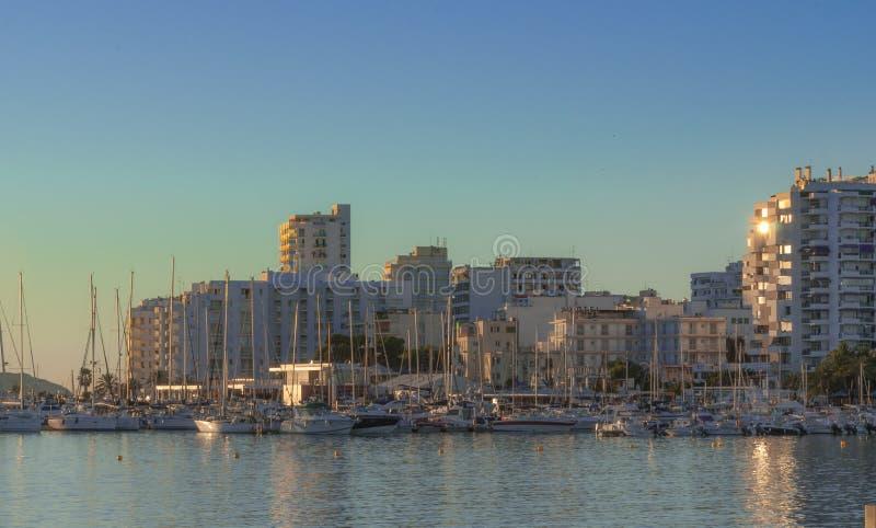 St Antoni de Portmany, Ibiza, Balearic Island, Spanien Solen glints av byggande exponeringsglas för andelsfastigheten i stad royaltyfri fotografi