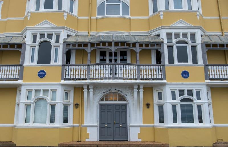St- Aubynsvillen auf Königen Esplanade, gehoben, East Sussex, Großbritannien Wieder hergestellter Senf färbte Wohnblock das Meer  lizenzfreie stockfotos