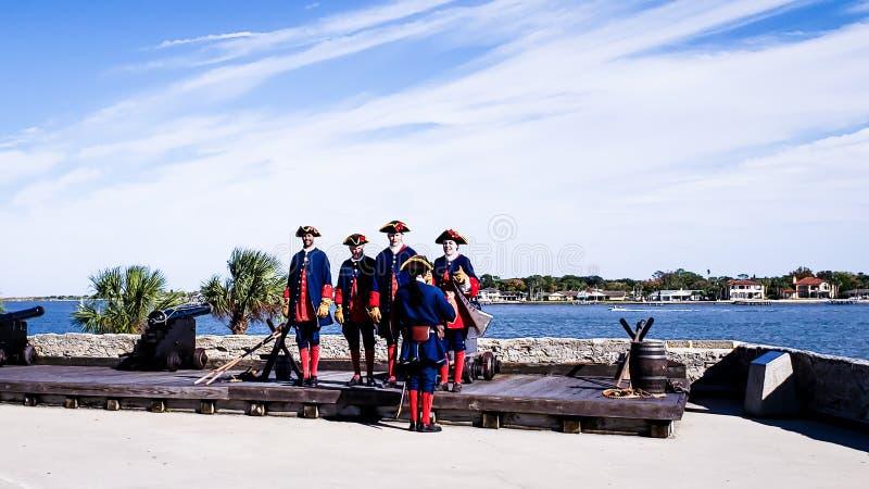 St Augustine, Florida, das vereinigte staats- 3. November 2018: Die Soldaten in den traditionellen spanischen Stoffen stellen zu  stockfotos