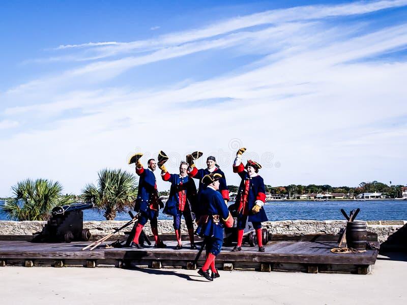 St Augustine, Florida, o estado unido - 3 de novembro de 2018: Os soldados em panos espanhóis tradicionais mostram ao canhão de t fotos de stock royalty free
