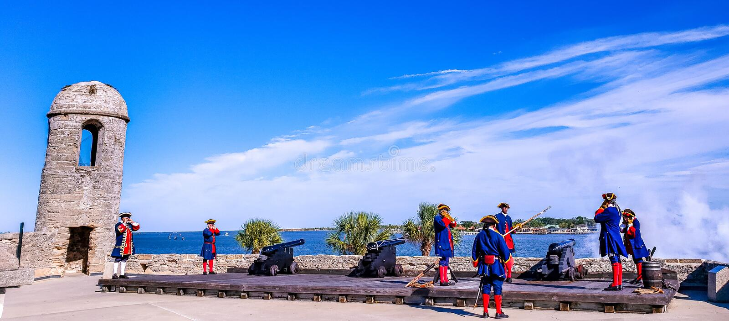 St Augustine, la Floride, l'état uni - 3 novembre 2018 : Les soldats en tissus espagnols traditionnels montrent au canon de tir à image libre de droits