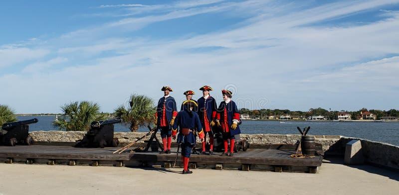 St Augustine, la Floride, l'état uni - 3 novembre 2018 : Les soldats en tissus espagnols traditionnels montrent au canon de tir à photos libres de droits