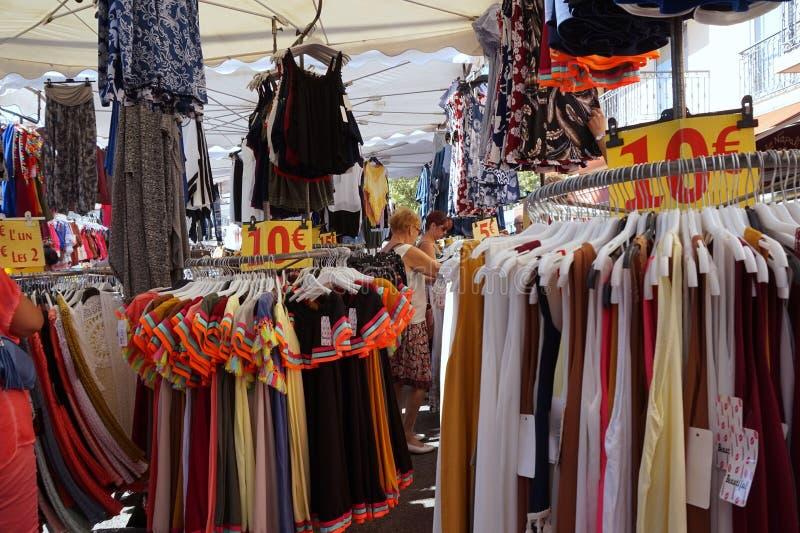 St AYGULF, VAR, PROVENCE, FRANKRIKE, AUGUSTI 26 2016: Provencal stånd som säljer kläder och andra objekt till lokaler och turiste royaltyfri foto