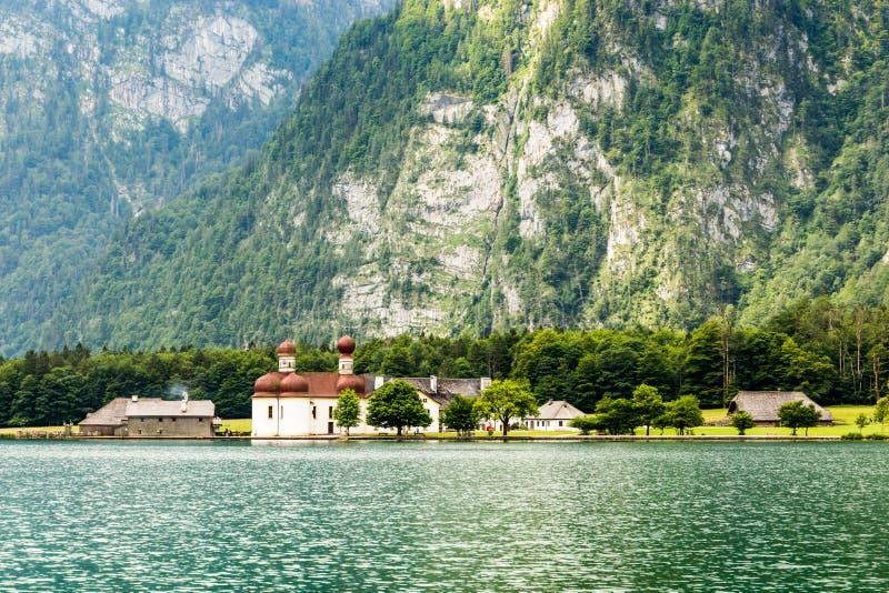 St Bartholomew kościół na Konigssee jeziorze Niemcy fotografia royalty free