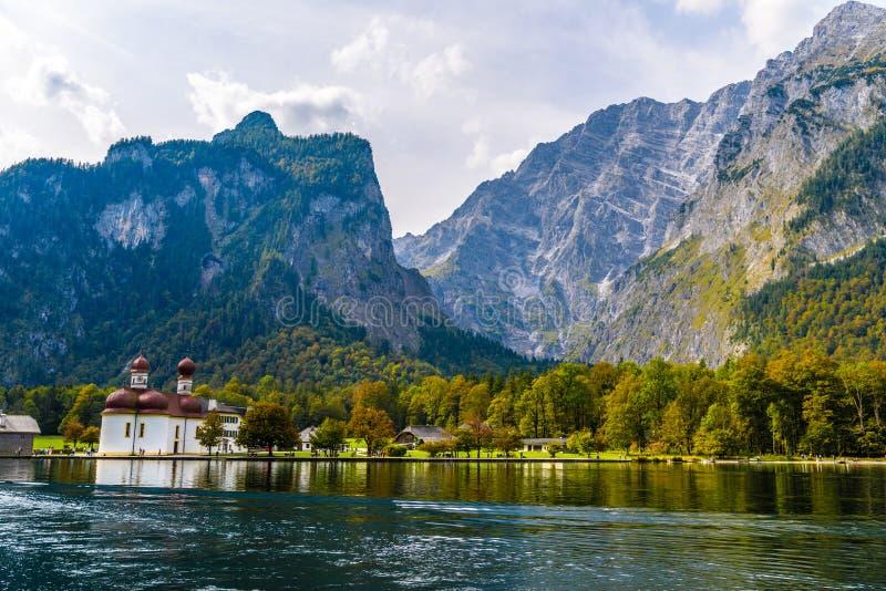St Bartholomew ko?ci?? w Koenigssee, Konigsee, Berchtesgaden park narodowy, Bavaria, Niemcy zdjęcia stock