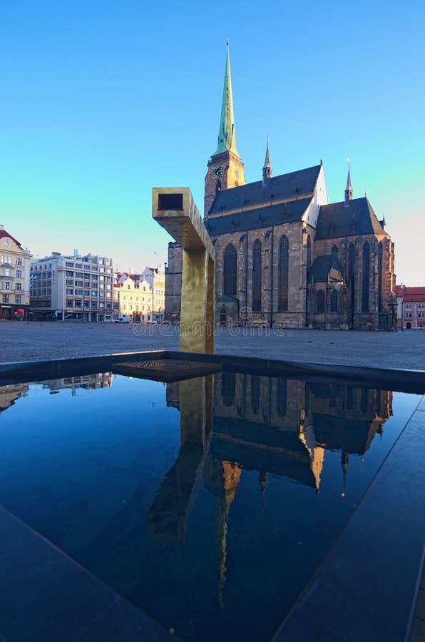 St Bartholomew ` s Kathedraal in het belangrijkste vierkant van Plzen De kathedraal wordt weerspiegeld in het water van de fontei royalty-vrije stock fotografie