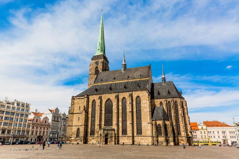 St Bartholomew ` s Kathedraal in het belangrijkste vierkant van Plzen met blauwe hemel en wolken in zonnige dag Tsjechische Repub stock foto