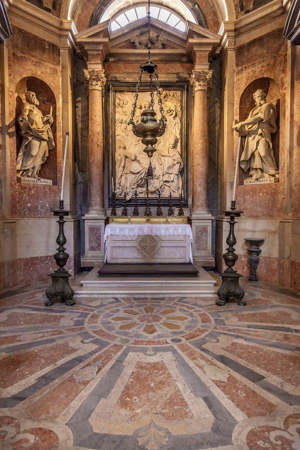 St Bartholomew y St Matthew. Estatuas barrocas. Basílica del Mafra imágenes de archivo libres de regalías
