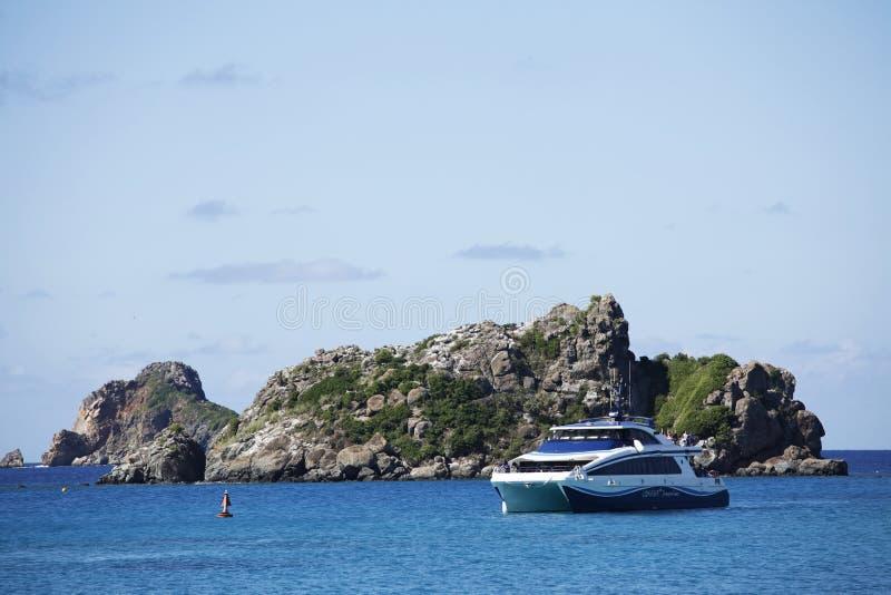Apresse o explorador do barco que chega ao porto do St. Barths de St Martin imagem de stock