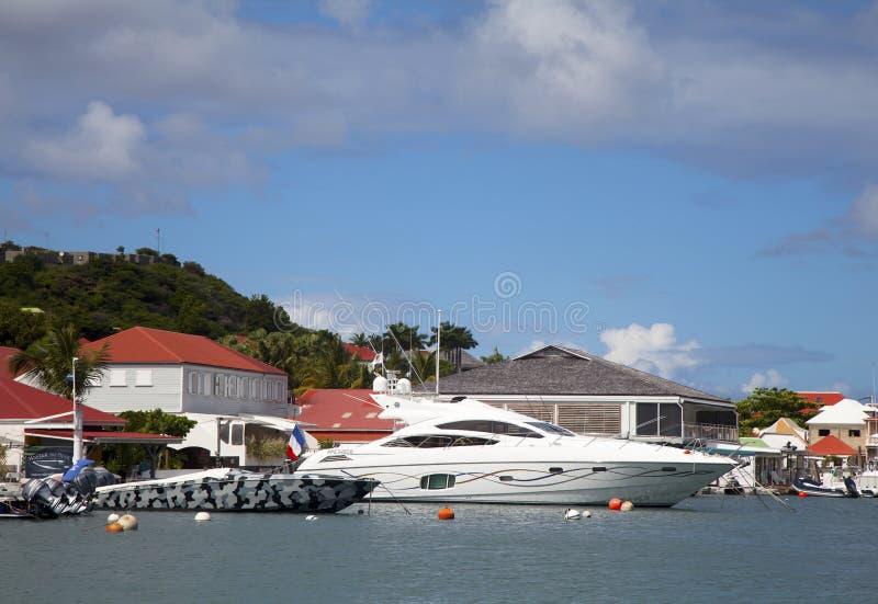 Los barcos de lujo en Gustavia se abrigan en St Barths, francés las Antillas fotografía de archivo libre de regalías