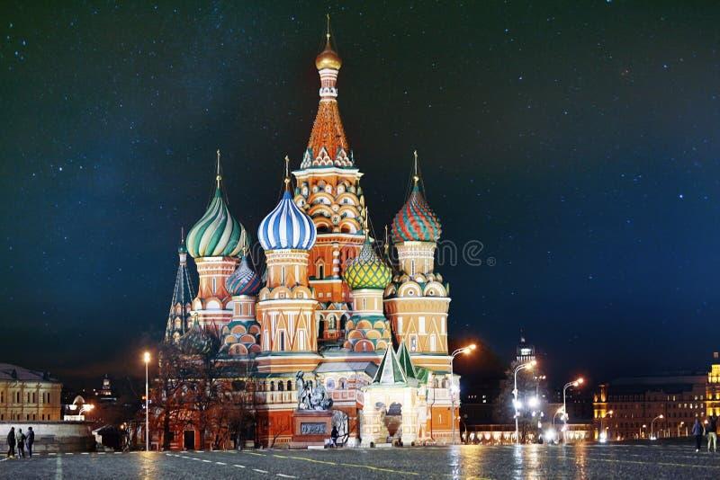 St Basil Cathedral, MoskvaKreml, natt royaltyfria foton