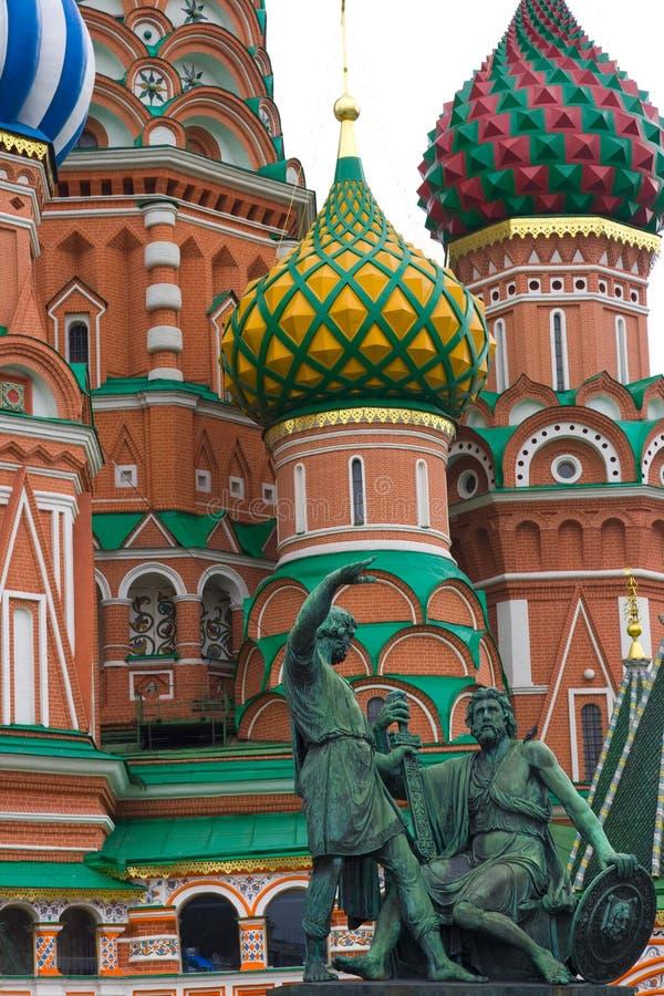 St.Basil con las estatuas fotos de archivo libres de regalías