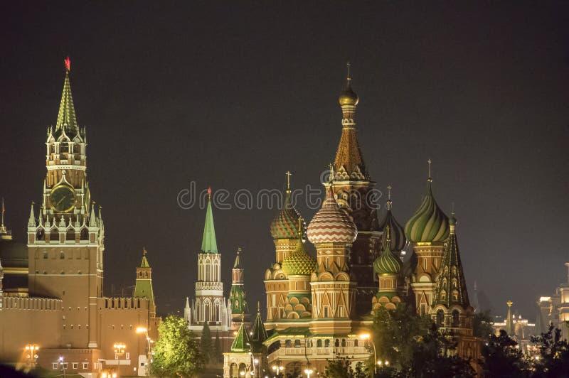 St basila Spasskaya i katedra górujemy przy nocą, Moskwa, Rosja fotografia royalty free