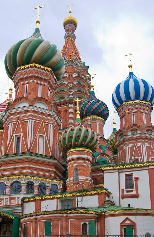 St. Basilika cupolas i Moscow royaltyfria foton