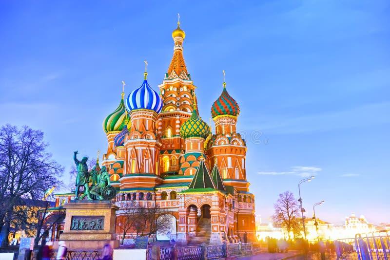 St-basilikas domkyrka i Moskva på natten royaltyfri foto
