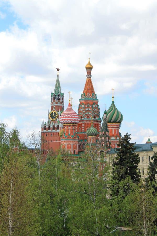 St-basilikas domkyrka och det KremlSpasskaya tornet p? r?d fyrkant i Moskva Ryssland arkivfoto