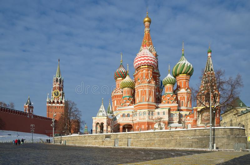 St-basilikas domkyrka och det Spasskaya tornet av MoskvaKreml, Moskva, Ryssland royaltyfri foto