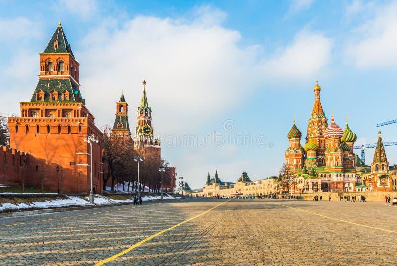St-basilikas domkyrka och MoskvaKreml på den Vasilevsky nedstigningen royaltyfri bild