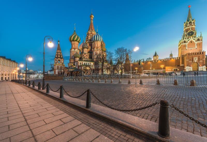 St-basilikas domkyrka och Spasskaya står högt i skymningen arkivbilder