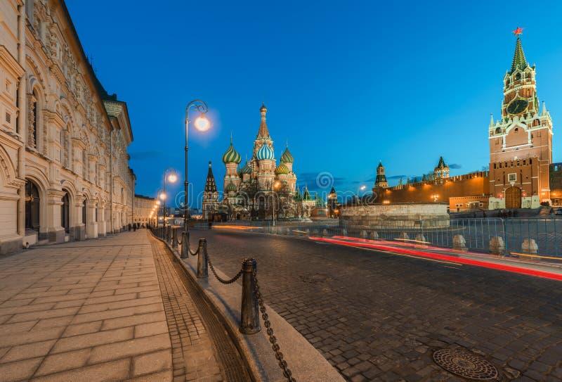 St-basilikas domkyrka och Spasskaya står högt i skymningen arkivfoton