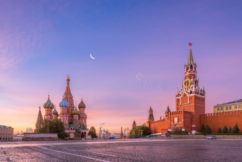 St-basilikas domkyrka och Spasskaya torn av MoskvaKreml på den röda fyrkanten royaltyfri foto