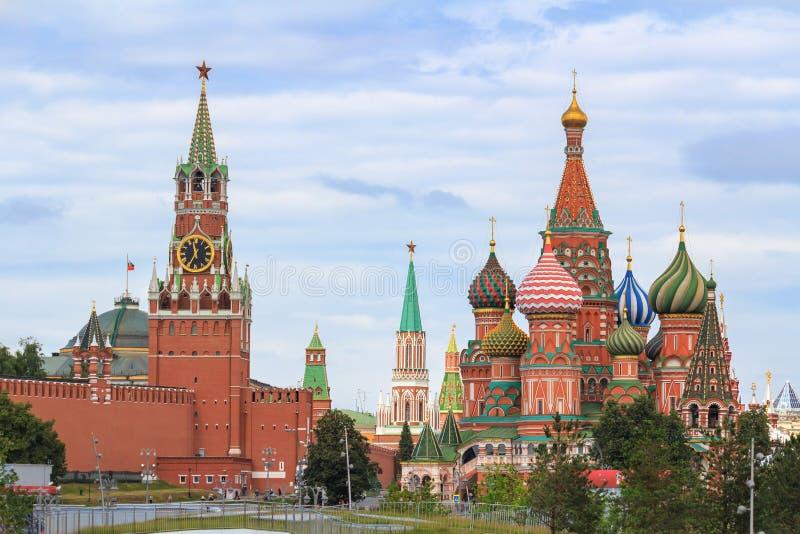 St basilu ` s katedra na placu czerwonym i Moskwa Kremlin z Spasskaya górujemy na chmurnego nieba tle w letnim dniu obrazy royalty free