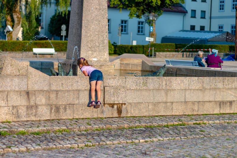 ST BLASIEN TYSKLAND - JULI 23 2018: Liten flicka på springbrunnen på royaltyfria bilder