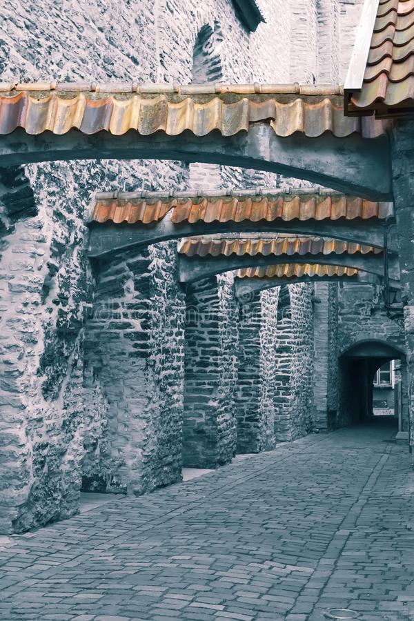 St Catherine Passage - een kleine gang in de oude stad Tallinn, Estland toning stock fotografie