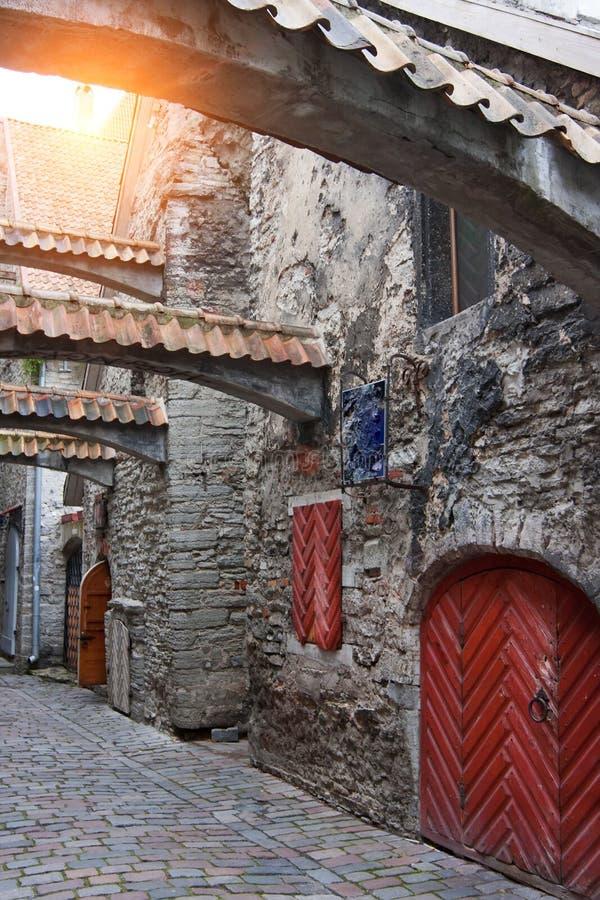 St Catherine Passage - lite gångbana i den gamla staden Tallinn, Estland royaltyfri bild