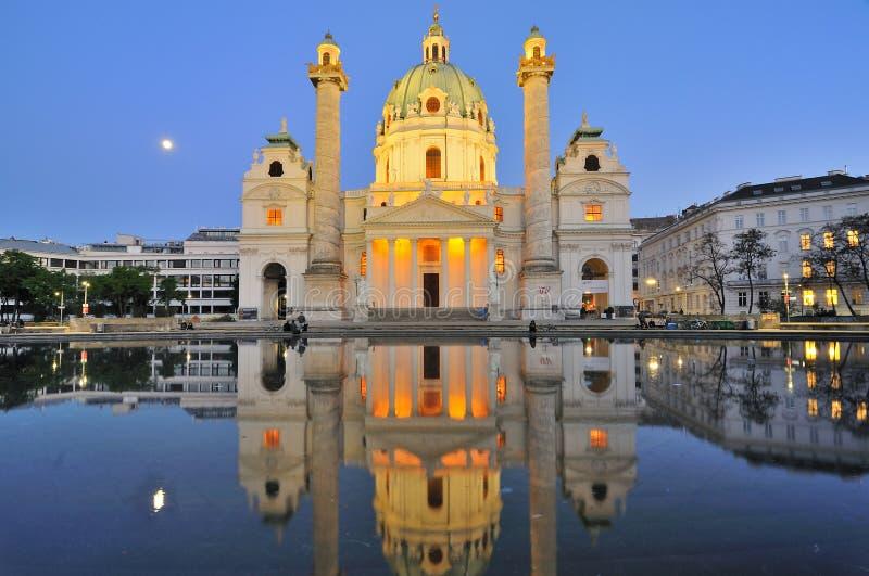 St Charles Church (Karlskirche), Karlsplatz bij nacht in Oostenrijk royalty-vrije stock afbeelding